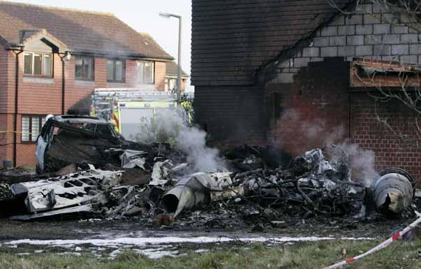 Un avión se estrella contra una vivienda en Inglaterra dejando cinco muertos