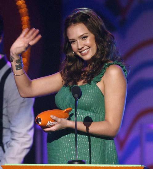 La actriz Jessica Alba saluda tras ser elegida Mejor Actriz de cine.
