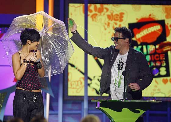 La cantante Rihanna y el actor Brendan Fraser presentan el galardón a mejor programa de televisión.