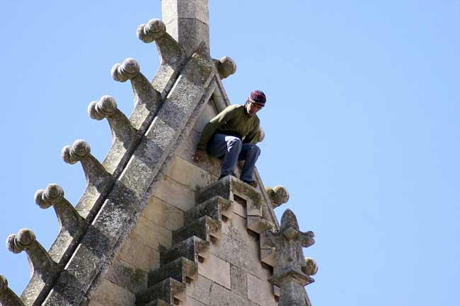 Un hombre intenta huir por el tejado de la Catedral de León, momentos antes de ser detenido por la Policía