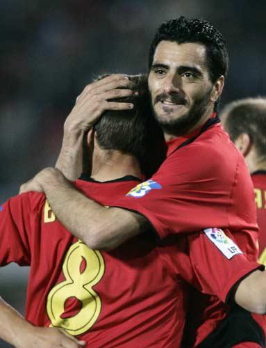 Güiza abraza a Borja Valero, del Mallorca
