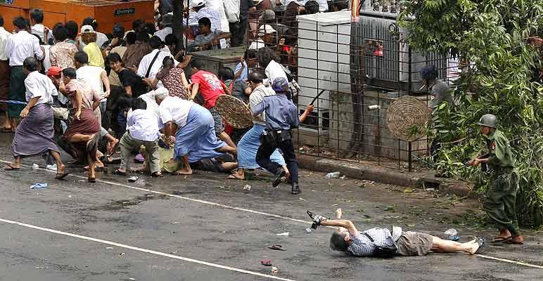 Foto ganadora del Pulitzer (8/4/2008). Ganadora del Pulitzer. Esta foto de Adrees Latif, de la agencia Reuters, ha ganado el premio Pulitzer 2008 a la mejor foto de noticias.  En ella aparece un fotógrafo japonés usando su cámara por última vez, antes de morir en medio de un tiroteo en Rangún el pasado 27 de septiembre durante la rebelión de los monjes de Birmania. El fotógrafo japonés, Kenji Nagai de la agencia APF, fue herido de muerte por los disparos de policía y militares contra los rebeldes.  FOTOGALERÍA: Imágenes de la rebelión de los monjes