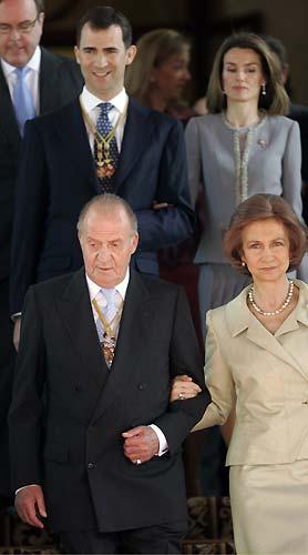 Las dos caras de doña Letizia. Esta imagen, como la anterior, corresponde al acto de apertura de la nueva legislatura en las Cortes celebrado el pasado miércoles. El semblante serio destaca en el rostro de doña Letizia.
