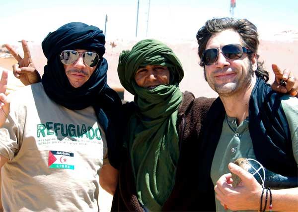 Los actores Javier Bardem (d) y su hermano, Carlos Bardem (i), posan junto a un habitante del campo de refugiados de Dajla, en Argelia.