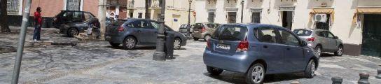 Los coches ocupan la plaza, sobre todo, los fines de semana.