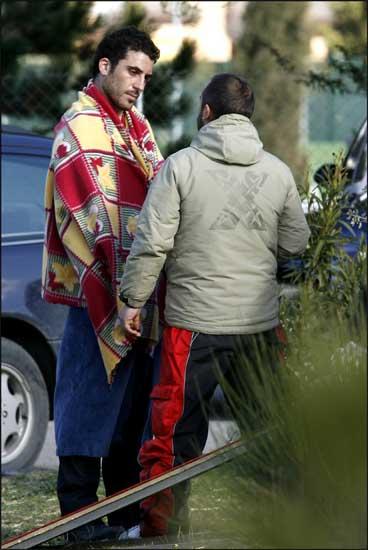 Mas-5. Cubierto con una manta para protegerse del frío durante un descanso en la grabación de 'Sin tetas no hay paraíso'