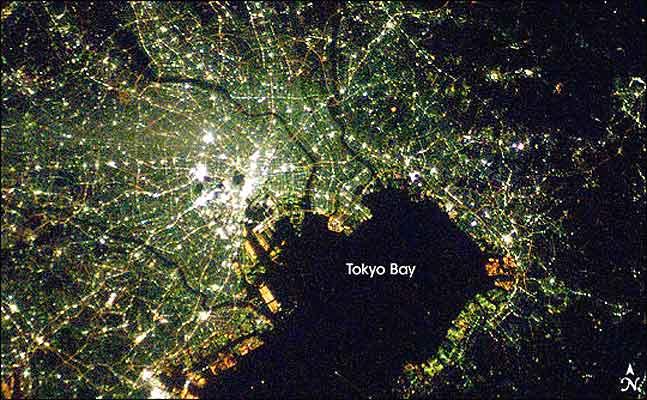 Ciudades de noche, Tokio. La bahía de Tokio: las luces blancas son áreas nuevas, iluminadas con  lámparas que usan vapor de sodio. El resto, en verde, usa iluminación a base de vapor de mercurio. (Imagen original ISS016-E-27586 en la web de la NASA)