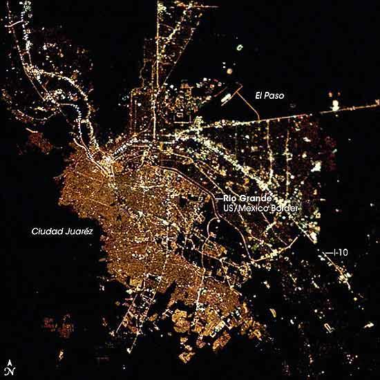 Ciudades de noche, Ciudad Juárez. Dos modelos de ciudad: El Paso, EE. UU., y Ciudad Juárez, México. (Imagen original ISS006-E-44123 en la web de la NASA)