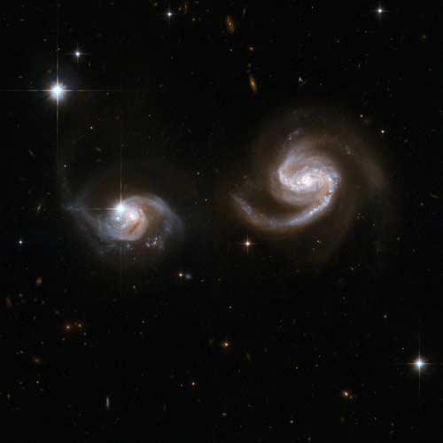 Guerras de galaxias. Esta imagen del Hubble muestra dos galaxias espirales interactuando. La más pequeña, a la izquierda, parece por ahora a salvo, pero probablemente acabará siendo devorada por la mayor.