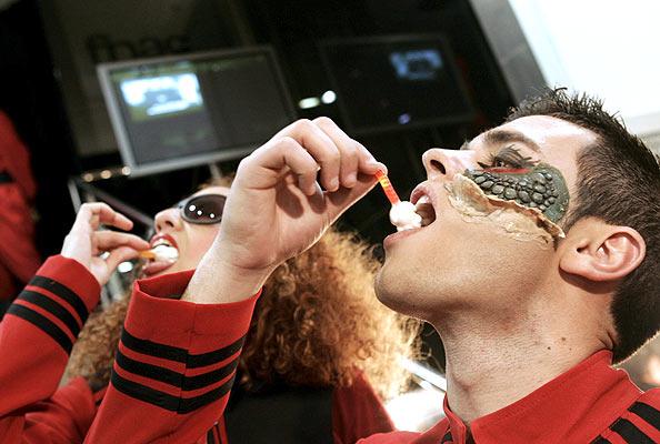 Los reptiles de V (25/4/2008). Vuelven los reptiles. Figurantes disfrazados de personajes de la serie de televisión V, durante la presentación en Madrid de la edición en DVD.