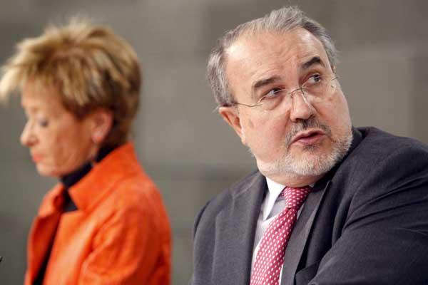 De la Vega y Solbes durante su comparecencia tras el Consejo de Ministros