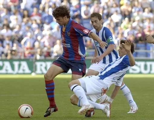Pedro León, del Levante, intenta irse de dos jugadores del Recre