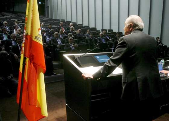 Joseph Blatter se dirige a la delegación española que le visitó en la sede de la FIFA.