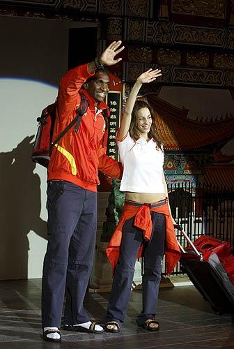 Quiñónez y Almudena Cid. De rojo, amarillo, blanco y azul. Los propios deportistas españoles desfilaron con la ropa que lucirán durante los Juegos Olímpicos de Pekín, de la firma china Li Ning. En la imagen, el atleta Jackson Quiñónez y la gimnasta Almudena Cid.
