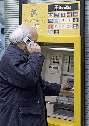 Los bancos que utilizan servired aumentan un 100 las for Comisiones cajeros