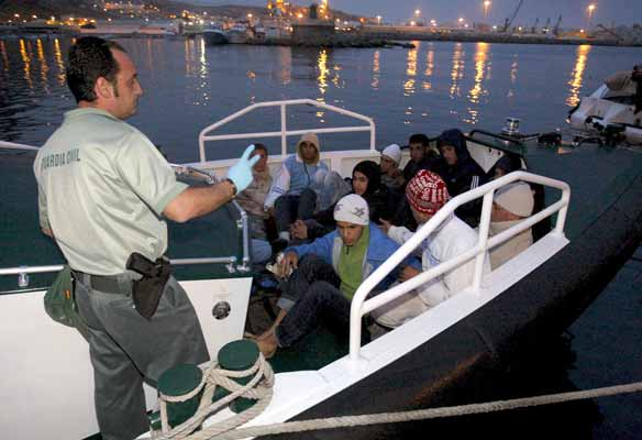 Un total de 242 inmigranytes han llegado este lunes a las costas españolas