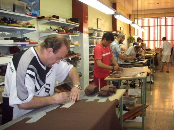 Asistentes al curso de corte de piel para calzado.