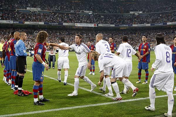 Pasillo. El Barcelona hizo el pasillo al Real Madrid en el Bernabéu, pero no hubo sorpresas. Salieron de azulgranas, aplaudieron y el público les correspondió. Homenaje y deportividad desde el comienzo.