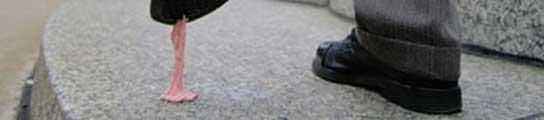 Chicle pegado en la suela del zapato