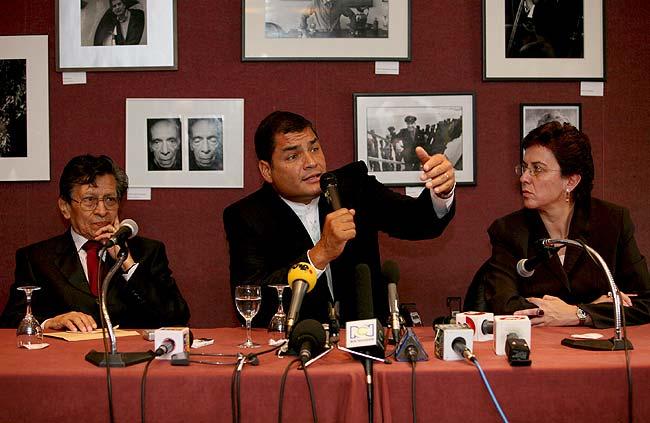 Rafael Correa se reune con familiares de Ingrid Betancourt.
