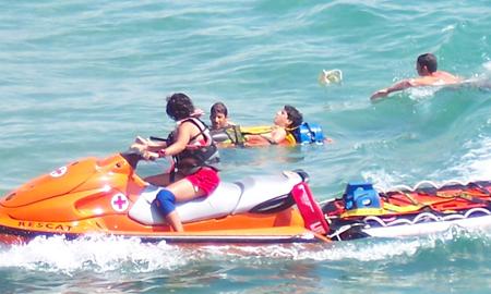 El Ayuntamiento, y la Cruz Roja, empieza a vigilar las playas los fines de semana