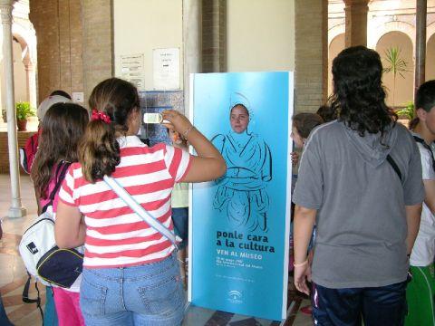 Varios niños participan en las actividades del Bellas Artes.