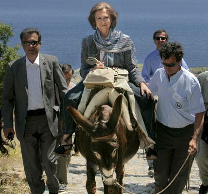 Doña Sofía pasea en burro