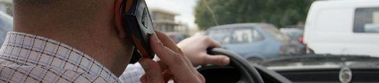 Hombre hablando por el móvil mientras conduce.
