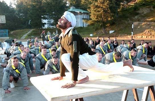Los soldados de la India practican yoga