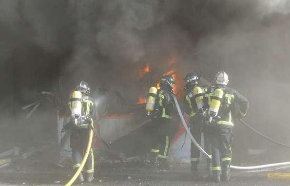 Los bomberos intentan apagar el incendio.
