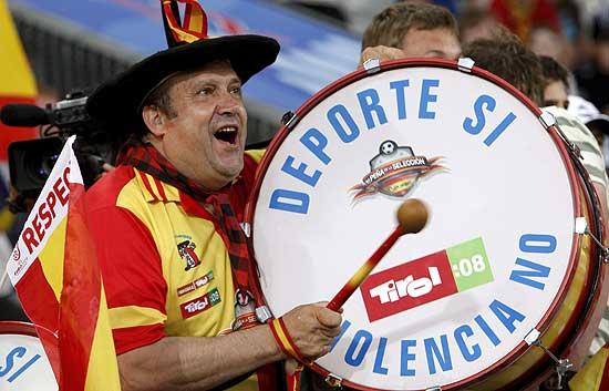 Aficionados españoles.. Manolo el del Bombo no podría faltar en las gradas de Innsbruck.