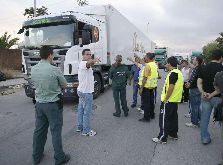 Camioneros y Guardia Civil se enfrentan en Valencia.