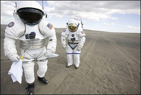 Trajes espaciales, evolución (18/6/2008). El traje del mañana. Varios científicos prueban en Moses Lake, Washington, EE. UU., los nuevos trajes que la NASA desarrolla para la misión a la Luna programada para 2020.