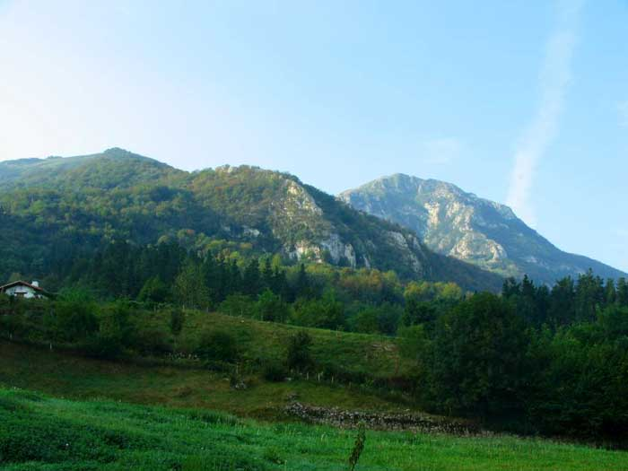Sierra del dragón (Navarra). Aralar (Navarra). En Aralar, al noroeste de Navarra, la sierra de media montaña mejor conservada del norte de la Península, el tiempo parece haberse detenido. Mapa.
