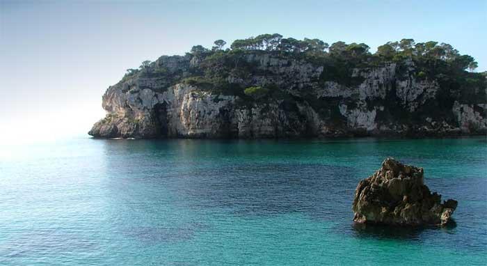 Costa norte de Ciutadella y Fornells (Menorca - Islas Baleares). Costa norte de Ciutadella y Fornells (Menorca - Islas Baleares). La isla es una de las joyas de la corona del turismo en España, pero la costa norteña quizá sea la zona menos conocida de sus 700 ambientalmente muy diversos kilómetros cuadrados de extensión. Mapa.