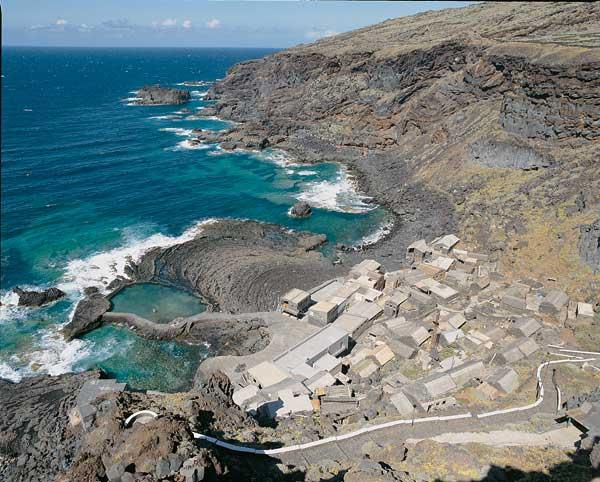 El Hierro (Tenerife - Canarias).. El Hierro (Tenerife - Canarias). La más pequeña de las Canarias es, sin embargo, la más diversa: desde áridos larijales y formaciones volcánicas (500 a cielo abierto y 300 cubiertos), hasta el oasis de fertilidad del valle del Golfo. Mapa.