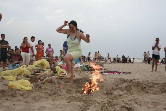Primeras hogueras en la playa de La Malvarrosa