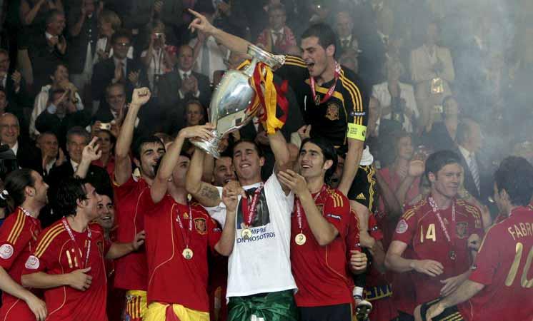 Sergio Ramos se acordó de Puerta. 'Siempre con nosotros'. Este era el lema de la camiseta de Sergio Ramos en recuerdo a  su amigo Antonio Puerta. Y como falda, la bandera de Andalucía.