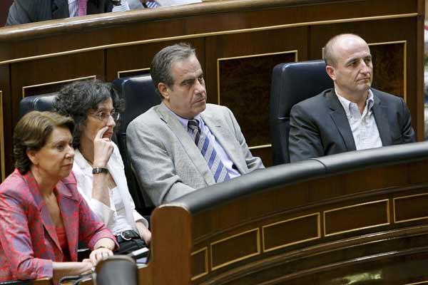 A la derecha, Miguel Sebastián, descorbatado en el Congreso.
