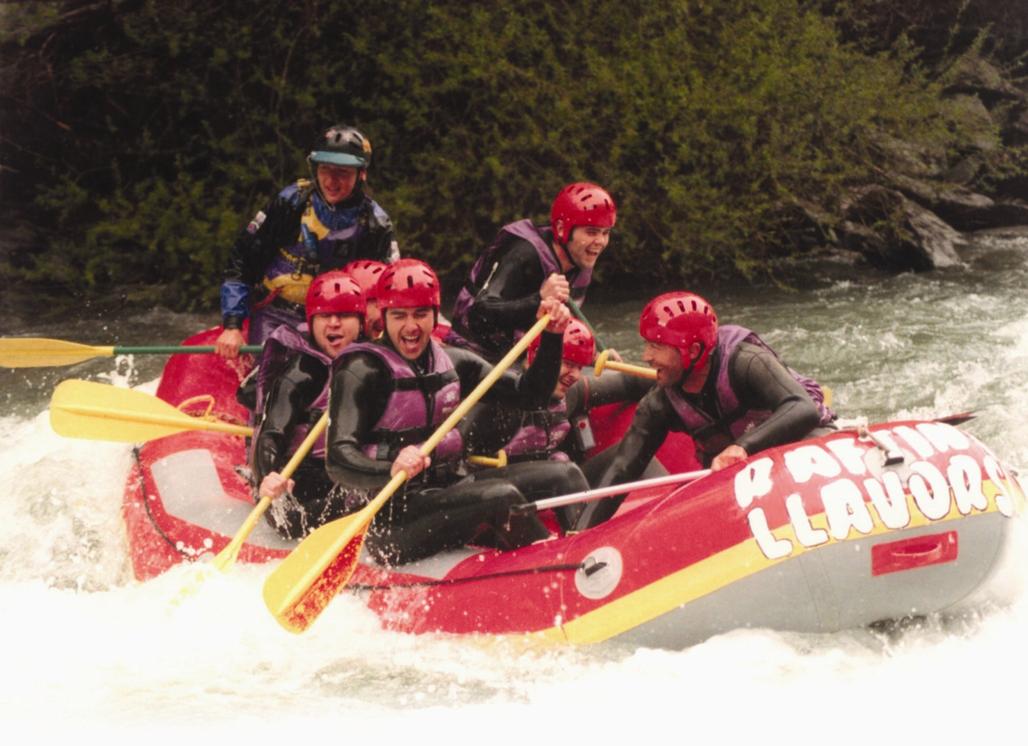 Un grupo practicando rafting