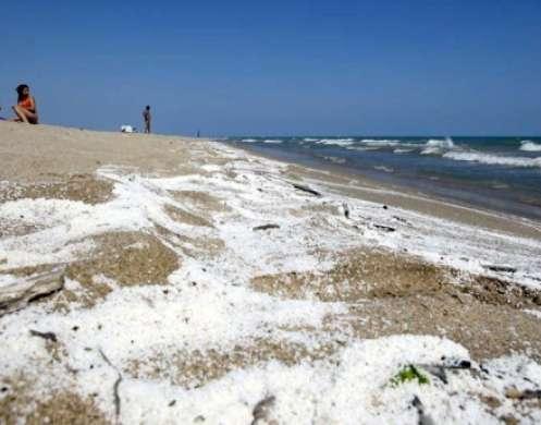 La playa de Castellefels con la espuma blanca.