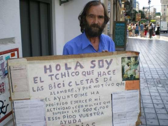 Carlos enseña el cartel con las multas