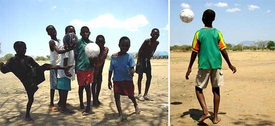 Varios niños juegan al fútbol en África