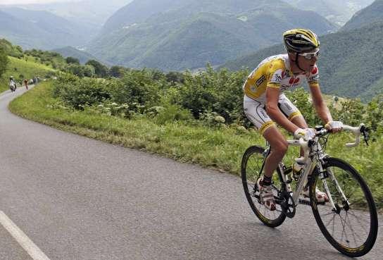Riccardo Riccò ataca en el  Col d'Aspin, durante la novena etapa del Tour 2008 (REUTERS).