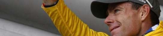 Cadel Evans celebra su maillot amarillo