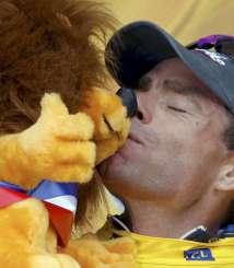 Evans besa el peluche del Tour (EFE).