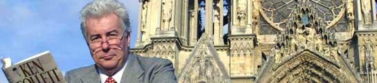 Ken Follett posa ante la catedral de Notre Dame, en París.