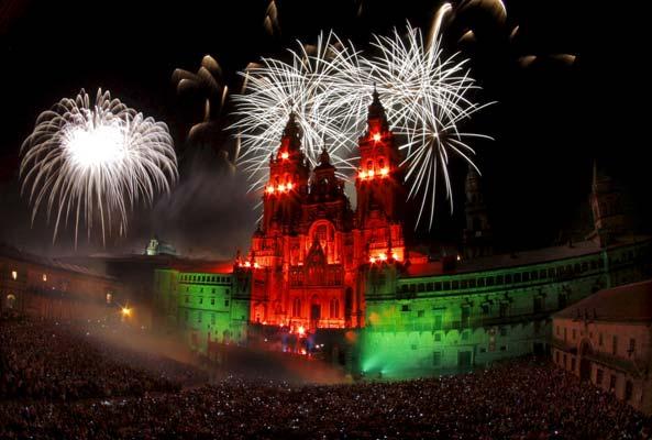 20.000 personas. Otro año más la santiaguesa plaza de Obradoiro vibró con el gran espectáculo de quema de la fachada de la catedral a la que asistieron unas 20.000 personas que llenaron la mítica plaza y que abre la festividad del día grande de la ciudad.