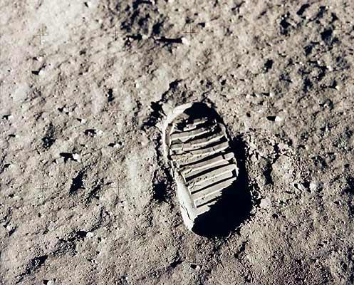 NASA, 50 años en fotos, huella. La NASA cumple 50 años. Una de las primeras huellas del ser humano en la Luna; una foto tomada por el astronauta Buzz Aldrin durante la llegada de la misión Apolo XI a la Luna. Ésta es una de las imágenes que la agencia espacial estadounidense ha seleccionado para conmemorar su 50 aniversario. WEB: Página oficial del cincuentenario de la NASA