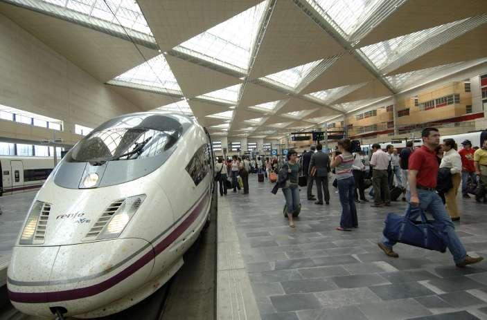 Renfe ultima cuatro trenes ave m s prolongados entre for Oficinas de renfe en madrid